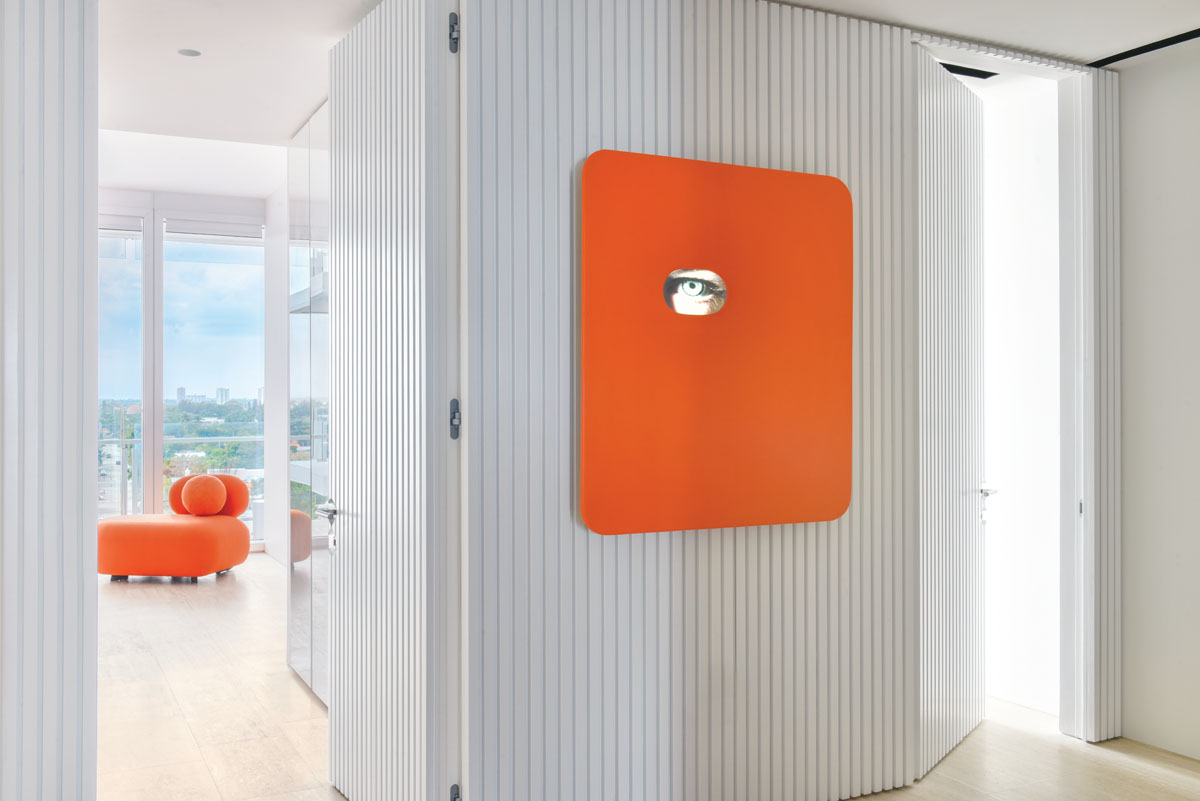 A digital work, proposed by the client, echoes the orange accents in the daughter's room. Architectural texture was added to the hallway with Samsa slatted wood paneling lacquered in white, so the doors disappear when closed.
