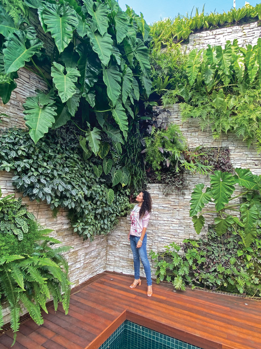 A trained architect, Talita Gutierrez channeled her passions for urban planning and all things botanical into art that graces both façades and interiors. Verde Vertical_FD31-3A